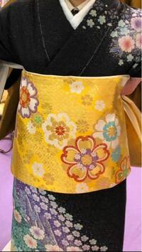 振袖と帯。祖母が選んでくれたのですが、なんだか振袖と帯がちぐはぐなような気がして心配です。花の大きさも違うし、暗い色の着物に明るい色を合わせるのもなんか浮いてるし。実際の帯は、この二分の一ほどの大きさ になるのですが、買い換えなくてもなんとかなるでしょうか?