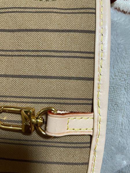 フリマアプリでヴィトンのネヴァーフルを購入したのですが、この縫い方は偽物でしょうか?