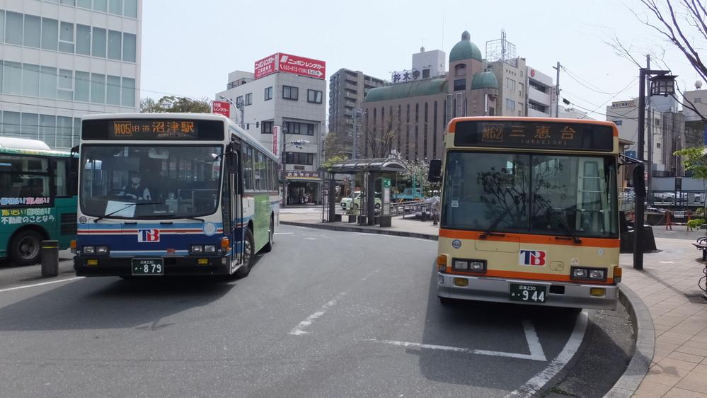 これら2台は東海バスの車両ですが、元箱根登山車ではあります。 これら2台の年式について御存知でしたら、御教示下さると幸いです。 それぞれに、西暦何年に製造されたものなのでしょうか? こちらの画像はオリジナル撮影であり、2015年4月9日に三島駅にて撮影しました。