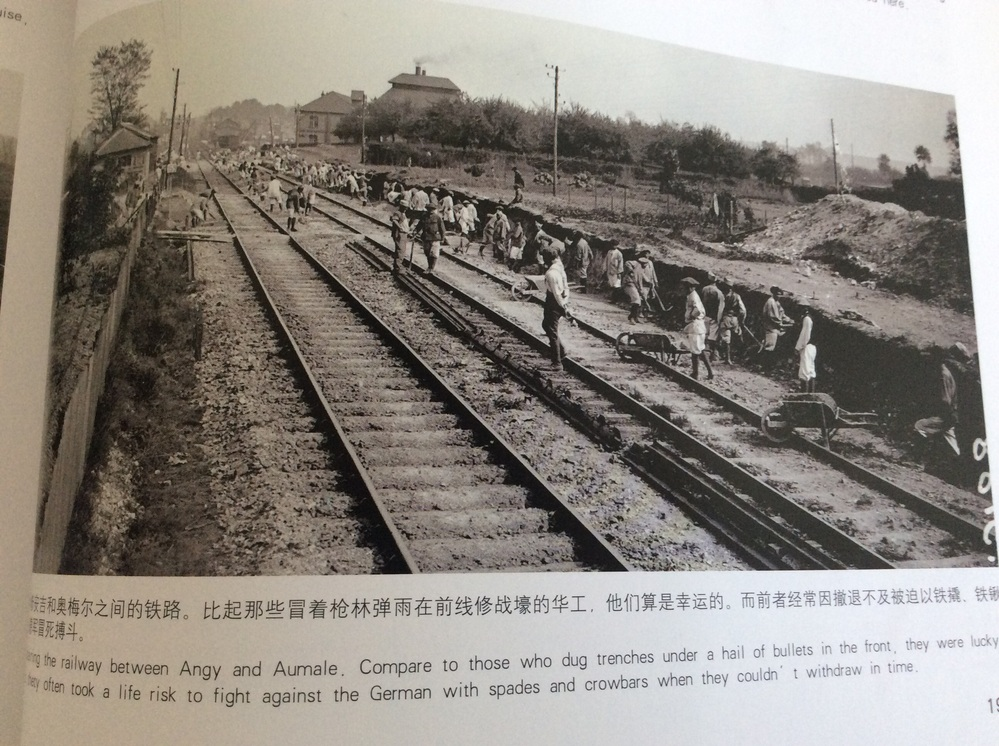 Repairing the raiway between Angy and Aumale. Compare to those who dug trenches under a hail of bullets in the front, they were lucky. But thety often took a life risk to fight against the German with spades and crowbars when they couldn't withdraw in time.この文章を日本語で翻訳して欲しいです、宜しくお願いします。