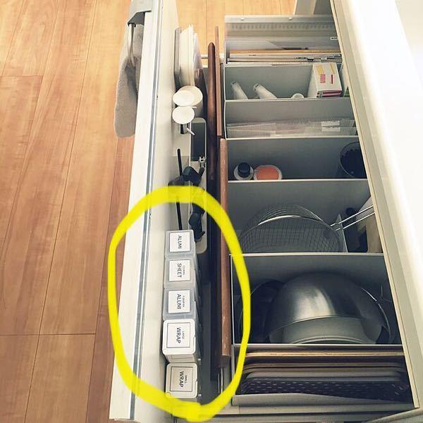 台所シンク下にある引き出しに、写真のようなサランラップ置き場があるのですが、1本分余っていて何を置けばいいか悩んでいます 有効的に活用したいのですが、みなさんなら何を置きますか? よろしくお願...