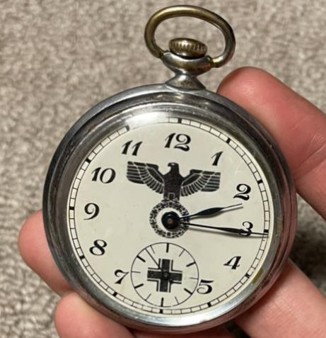 ある方からナチスの懐中時計を戴きました。 全オーナー様は当時は高価であったと言っており、とても大切に保管しておりますが詳細が気になりまして裏側には特には彫り等はありませんでした。何かご存知の方は...
