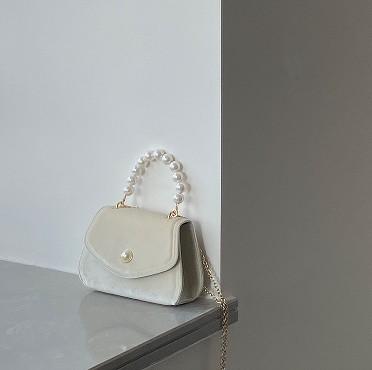 このバッグを購入したいと思っています。 この場合、関税はどれくらいかかりますか?(取手の真珠みたいなのが気になります。) 結構高くなりますか?