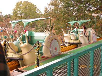 東京都日野市の丘陵地(日野市程久保5丁目)から運び出された遊園地のアトラクションの乗り物や、奈良県の遊園地の乗り物、 埼玉県などの遊園地の乗り物は、遊具メーカーへと譲渡されたか、老朽化したため、廃棄処分されたか、海外へと移設されたがかお答えください!