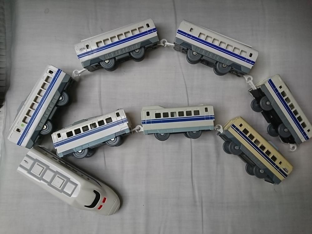 このプラレールの新幹線、何系とか、種類教えてください。 何かと何かがくっついていますか?