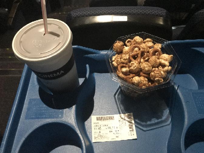 映画館で映画を見る時はポップコーンは食べますか? 食べるなら塩味とキャラメル味ならどちらを選びますか?