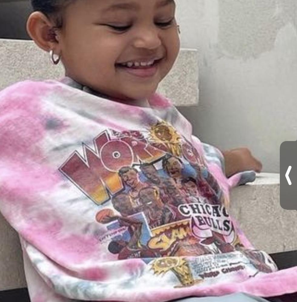 この写真のカイリーの娘の服ってどこのブランドか分かりますか?