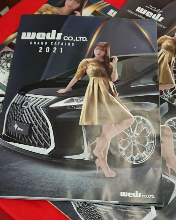 昨日オートバックスに行ってオイル交換待ってる間に雑誌でも読もうと思って、目の前にあったお姉ちゃんが表紙の雑誌を手に取ったら 中身はどうでもいい車のことばかり書いてました。 何で表紙はお姉ちゃんなのに、中はどうでもいい車のことばかりなんですか? 詐欺じゃないですか?