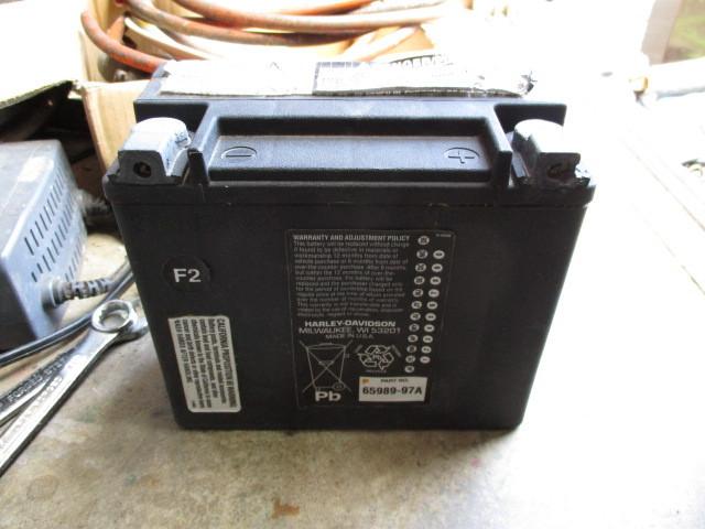 これは、自動車のよか、小型のバッテリーで、 ハーレーダビッドソンと書いてあり、アメリカ製 ですが、バイクのバッテリーでしょうか? また、普通のバッテリー充電器で、充電出来ますでしょうか?