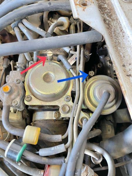 100系のハイゼットのキャブなんですが矢印のネジって何の調整用なんでしょうか? どちらも回すと回転数が変わるので違いがわかりません。 エンジンはEF-NSです。