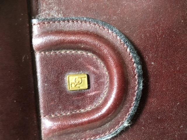 このバッグのブランドが何か調べているのですが、このロゴだけでお分かりの方いらっしゃいましたら教えて下さい。ロゴはRG?かな? と思われます。 叔母からの頂きものですが、多分30年程前のバッグだと...