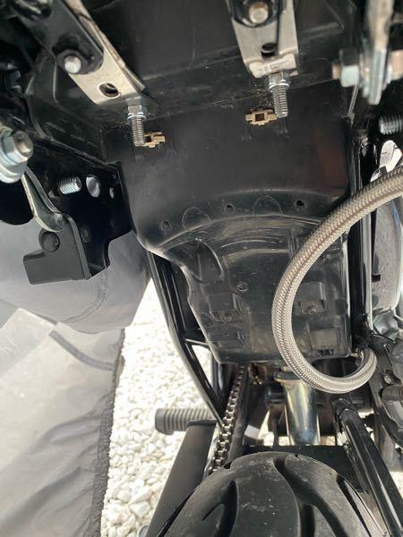 エイプ50 バッテリー車について質問です このバッテリーケース見たいなやつ外したことある人は簡単でいいので外し方教えてください!
