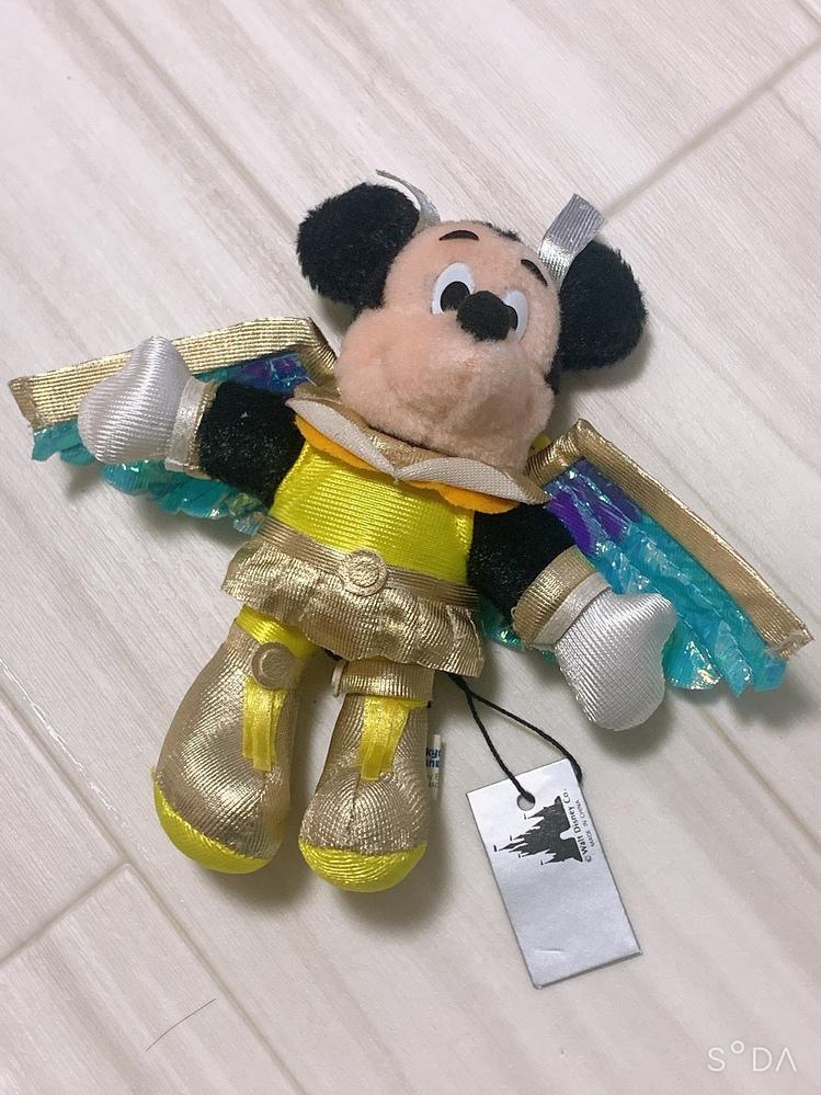 画像のミッキー のぬいぐるみバッジ、ディズニーランドのものなのですが、いつ頃のものかわかる方いますか? また、何のコスチュームなのかもわかる方いたら、教えてください!!