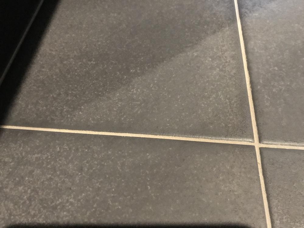 浴室床の白い汚れについて。 LIXILのタイル床を使用しています。 表面は滑らない様にザラザラした素材なんですが、全体的に石鹸カスの様な白い汚れがありいろいろな浴室洗剤を試してみましたが全く取れません。 以下、試した順に記載します。 1.バスマジックリン=× 2.ルックバスタブクレンジング=× 3.クエン酸スプレー=× 4.茂木和哉なまはげお風呂用洗剤=× 5.酸性クリーナーHALT=× 上記以外で効果のある洗剤はないでしょうか? 研磨剤等が入ったクレンザー系洗剤は素材を傷める可能性があるので、出来れば使用を避けたいです。 宜しくお願い致します。