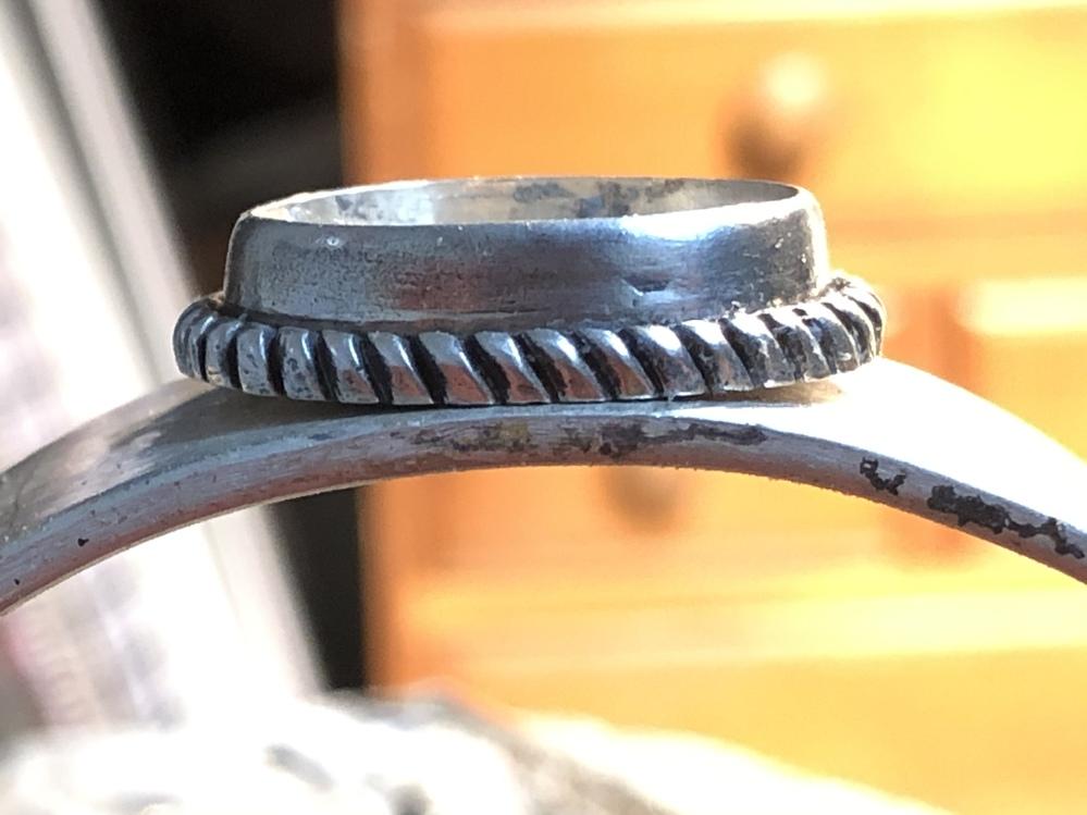 彫金 ロウ付け シルバーアクセサリーについて。 画像のようなシルバーの台座をバングルにロウ付けする予定なんですが、バングル自体幅が2cm/厚み2mmあり台座も厚みがあります。一度はバングルを曲げる前に台座をロウ付けして曲げようとしたんですが、ロウ付け箇所が少なかったのか曲げている最中に台座がバキッと取れてしまいました…。やはり台座をWaxで作る前からバングルのカーブに合わせて作らないと難しいでしょうか? もしくはロウ付けがあまかった可能性もありますか?