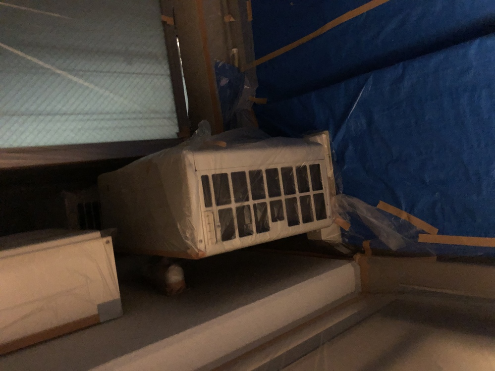エアコン室外機吸気口について 今マンションの外装工事でバルコニーに養生されています。 エアコンの室外機も周りにビニールを被せられているのですが、吸気口の所がなにも穴など開いていないのですがそのま...