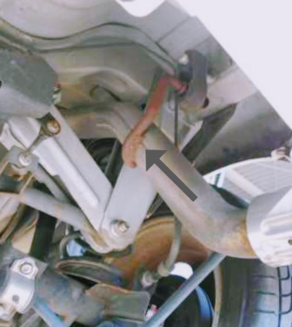 オッティ4WDターボH92Wに乗っています! 先日、矢印のマフラー取り付け部分が折れて、ぐらぐらになり、カタカタと音がするようになりました! タイラップで固定したので、ぐらぐらと音は無くなりました! 7月に車検ですが、このままタイラップ固定で検査通りますか? ダメな場合、中古部品買って直したいですが、名前わからず検索出来ません! 車に詳しい方、矢印のパーツの名前教えて下さい! 宜しくお願いしますm(_ _)m