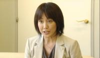 女性の髪は50歳を過ぎると画像のようにするのは難しいですか? 高島礼子さんの50歳くらいの写真ですが、ここで難しいと書いてるのは2つの意味があります。 1つ目は、髪の毛の質が50歳くらいで老化してしまい、写真のようになり難いでしょうか?形だけ真似しても見苦しいものになってしまいますかね? 2つ目は、たとえセットできたとしても年相応の髪型でなくなりますか?一般人だとイタイ若作りになってしまいま...