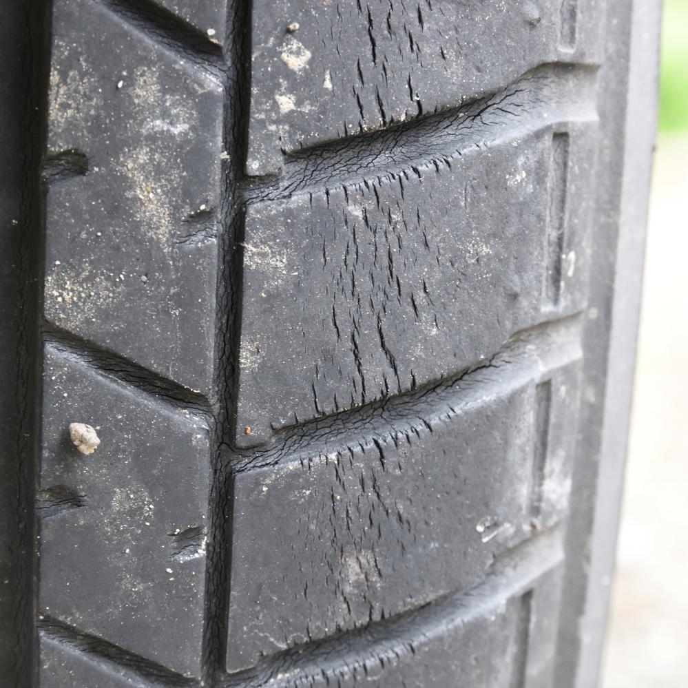 この写真は私の車のタイヤです。 ひび割れが出来ていますが、バーストする可能性は高いでしょうか? もう少し持ちそうでしょうか? 中古で買った軽自動車で、タイヤはいつ交換されたかは分かりません。 走行距離が現時点で約2万5千kmです。 よろしくお願いいたします。
