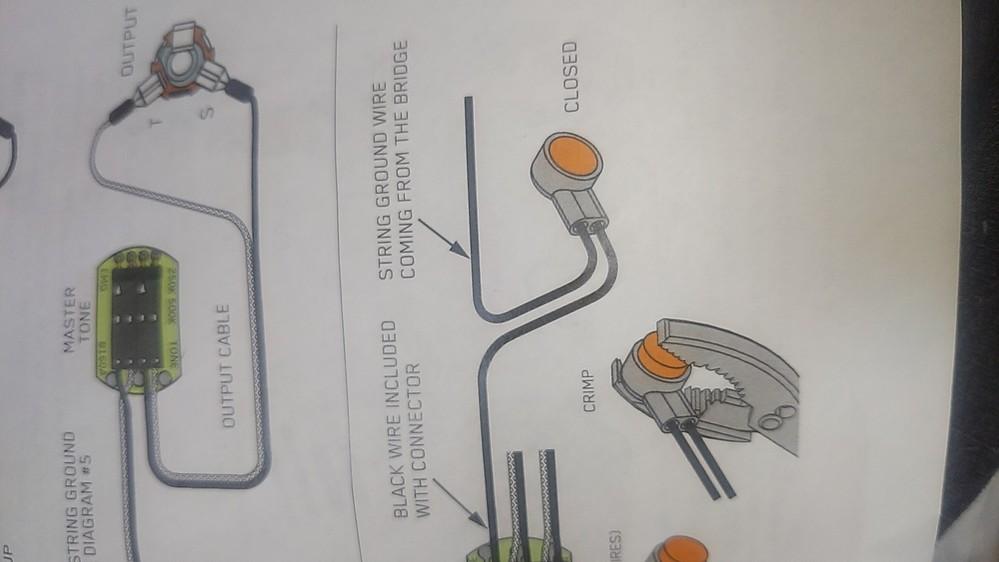 EMGピックアップのパッシブ回路について質問です。写真の「STRING GROUD WIRE COMING FROM THE BRIDGE」とは何を示しているのでしょうか。付属部品にこのコネクターが見つかりません。ご教授お願い致します。