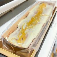 ケーキの保存方法について 写真のレモンケーキは冷凍保存出来ますか?  結婚式でいただいたのですが、 一人暮らしなのと賞味期限が1週間しかないため 食べ切れるか不安です。  アドバイスお願いします。