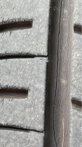 中古車のタイヤについて 今年の1月末に軽の中古を買いました。 その時、2018年製造のタイヤで、 ミゾも残って居ましたが、 今日ふと見たらシワか亀裂の様なのを見つけました。 画像で判断するに新品交換が必要かと思います。 この状態で高速道路を走るのは危険ですか?