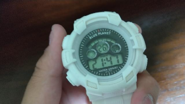 誰かこの時計の時間の変え方を知ってる人はいませんか?