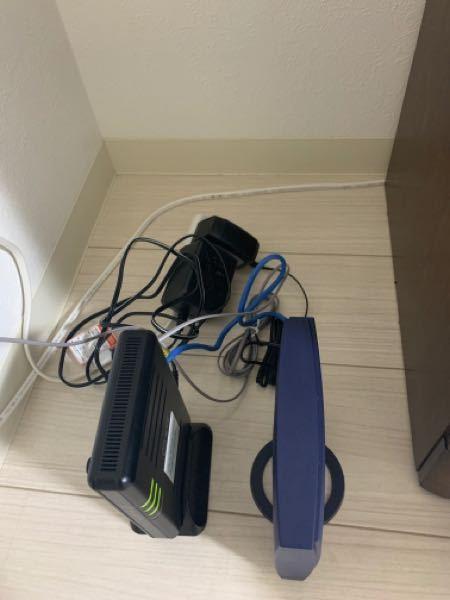 Wi-Fiを収納ボックスに入れようとして、先程ルーターとモデムそれぞれのコンセント(黒いやつ)を抜きました。 普通に差し直したのですが、Wi-Fiが使えなくなりました。 (一応携帯にはWi-Fiのマークは付いてます。) どのようにすれば前みたいに使えるようになるのでしょうか? 説明が下手くそですみません、、。 どなたか解決策か、どこに電話をしたらいいのか教えていただけると幸いです。