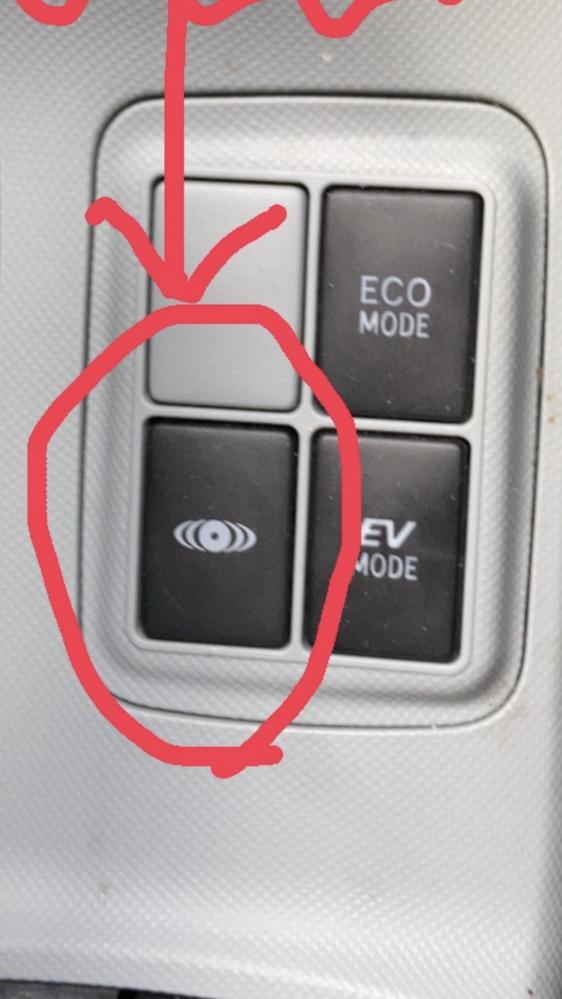 車についているボタンのこれは何でしょうか 車はアクアの平成24年製です。 どなたか詳しい方教えて下さると嬉しいです。