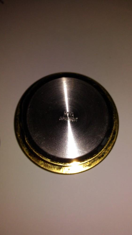 小さい小さい時計です。直径3.5センチです。電池かな? と思われるものを開けたいのですが、開け方わかりません。画像悪いですが、同じようなものを持ってらっしゃる方、教えてください。