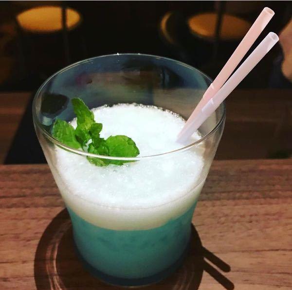 このお酒はなんというものですか。 ピーチ、 ライチ、レモンが入った、ほろ苦く甘酸っぱいカクテルです。
