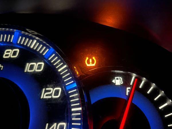 車のエンジンをかけたとき、写真の真ん中のランプがつきました。これは何を表してますか?すぐに車屋に持っていったほうがいいのでしょうか。教えてください。