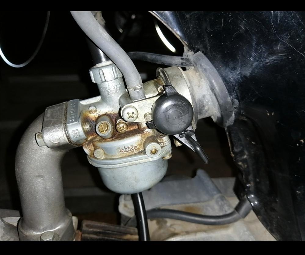 ホンダ ベンリィCD50についてです。 この添付の写真のようにチョークが下に下がっている場合は、 「通常 or 燃料と空気を濃くして、エンジンを始動しやすくする状態」 どちらでしょうか? 現在、上に上げるとエンジンが止まります。ただ、CD50の説明書には下が通常となっており困惑している次第です。 どなたか教えて下さい。