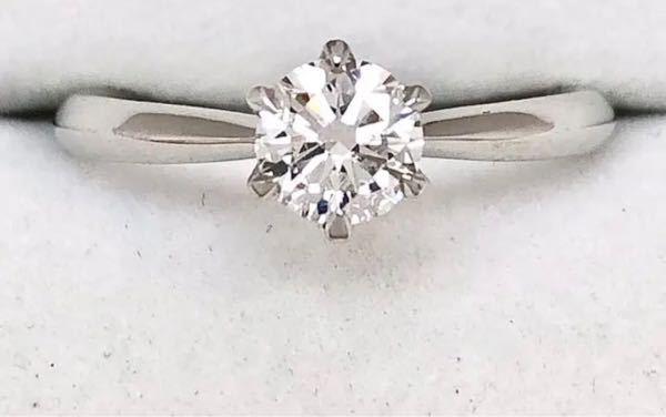 ダイヤモンドの指輪について教えてください。 宝石類に最近ハマっています。 画像のような指輪ですが、ファッションリングのような感じで使いたいのですが不向きでしょうか? 石があり使いにくい、などの意味ではなく、このデザインは婚約指輪のような扱いの形ですか? (つまり婚約指輪でもないのに持って使っているのはおかしいか?) 教えてください。 よろしくお願いいたします。