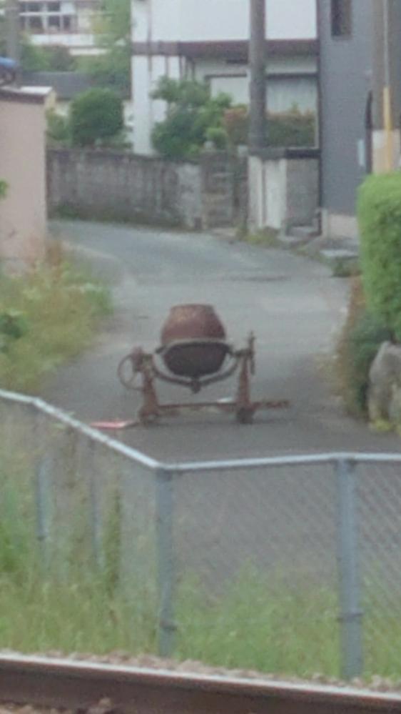 写真見づらくて申し訳ないのですが... これは何に使うものでしょうか?? 可動式の鉄製の甕のようなもの?で、真ん中に綱が巻かれています、、