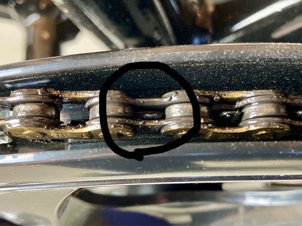 クロスバイクのギアをローに入れた時にペダルを回すとカタカタカタカタと多分ギアとチェーンが当たってる音がします。 多分ですが、ギアをローに入れるとペダルの方のギアと後輪のギアの位置が斜めになるから、ペダルのギアがチェーンの横に当たってカタカタと音が出るのかなと思うんですが、これって調整で直りますか? 出来れば調整の仕方を教えて下さい。 ちなみにペダルのギアはギアチェンジの無いギアです。 宜しくお願いします。