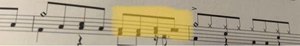 ドラムの楽譜なんですがこの横に二つ繋がっている符号はどう言う意味でしょうか?