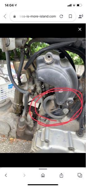 バイクについての質問です。 YB1fourのエアフィルターに付いているホースは何の役割を果たしているんでしょうか? アイドリング時には吸ったり吐いたりしていますが...回転数を上げると、吸ってるような気がします。