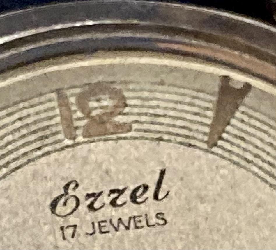 筆記体のスペルがわかりません。 Gzzel or Ezzel と読めるのですが、違いますか?