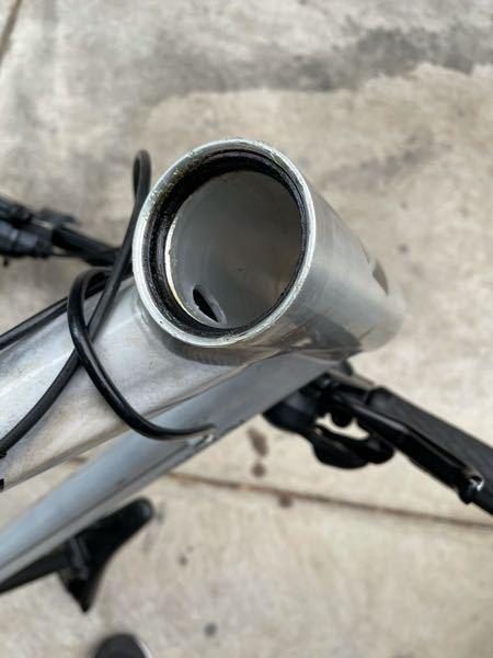 ベアリングについて早急にお願い致します クロスバイクのヘッドのオーバーホール?をしているところなのですがこれは外せるものでしょうか? これの上に玉と蓋があったのですがもしかしてベアリングを分解してしまったのでしょうか? 直し方など色々教えてください。
