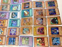 遊戯王カードをトレトクで4000枚ほど査定してもらったのですが、4800円ほどでした。 実際に売ったものの一部を載せるので、妥当かどうか判断して頂きたいです。  詳しくないのですが、名前の所と絵がキラキラしてたり、ブラックマジシャンガールや青眼の白龍など含まれてます。