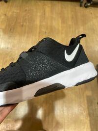 ドン・キホーテでのバイトなのですが、 黒い靴は真っ黒ではないとダメでしょうか? このような白のラインがあるのは適さないでしょうか??
