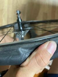 タイヤ交換しようと思ったら交換できません。 剥がれないです。どうすればいいですか?指で引っ張って剥がれるような感じじゃなかったです
