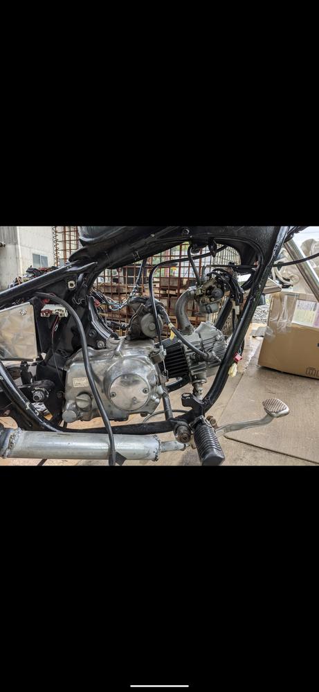 マグナ50のクラッチワイヤーを 交換したのですが レバーを握るとぬるっってかんじで 手を離してもレバーが 戻ってきません。 エンジンを購入して 初めてクラッチワイヤーつけたので 横型のエンジンの...
