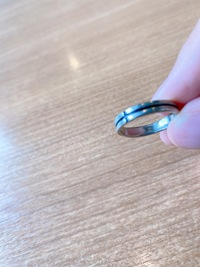 この指輪はシルバーですか?いくらぐらいかわかる人いませんか泣