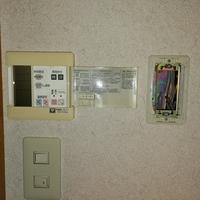 床暖房の液晶の横にあるものは床暖房の配線ボックスですか?床暖房の液晶が全く点灯してません。
