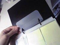 2穴リングファイルによく付いてるコレって? コレはどうやって使うものなんでしょうか?