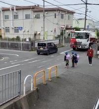 小学生が渡ろうとしているのに止まらない自動車のドライバーの方たちは強制的に免許返納するべきだと思いませんか? 信号のない横断歩道は歩行者優先です。  横断歩道を渡ろうとしている歩行者がいる場合は絶対に止まってください!  歩行者妨害で捕まって反則金取られます