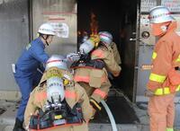 消防士は、何歳ごろまで火災現場に突入できるのですか?  . 日々、火災や災害から私たちを守ってくれている消防士たち、頼もしいですよね。 毎日欠かさず、自身の肉体を鍛えぬいてくれているようです。  そして、火災発生の際には要救助者を救うために、耐火服を着て火災現場に突入することもあります。 まさに命懸けです。  ですが、あることを思いました。 いくら消防士の方々が肉体を鍛えぬいているからと言っ...
