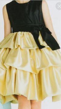 このスカートの裾はどうなっているのでしょうか? また、こういうスカートの名称はなんと言うのでしょうか? 普通のティアードスカートやフリルスカートだと、裾部分が三つ折りで縫い目が見えると思うのですが、これはふんわりしているようです。